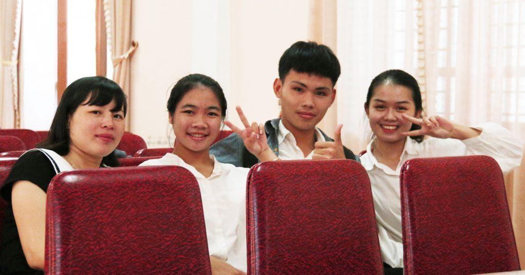 Cô Nguyễn Thị Yến chụp ảnh cùng các bạn học sinh