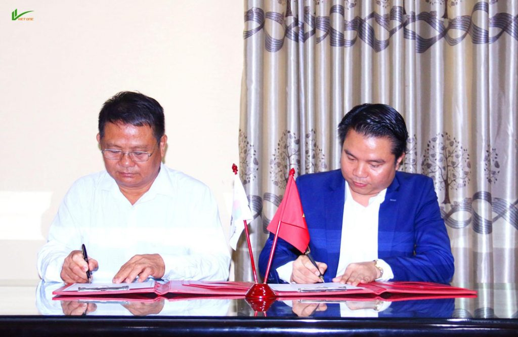 Ông Hoàng Hải An – Tổng Giám đốc Công Ty CP Việt One và Ông Nguyễn Văn Đàn – Hiệu Trưởng trường Trung Cấp Nghề Hà Tĩnh ký kết Thỏa thuận hợp tác